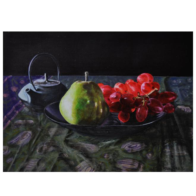 鉄瓶と皿の上の葡萄と洋梨